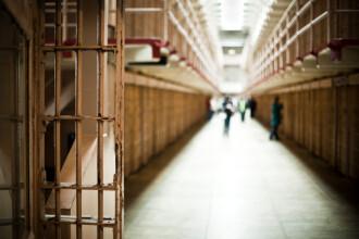 Incendiu provocat de un deținut la Penitenciarul Oradea. Doi deținuți și doi gardieni, la spital