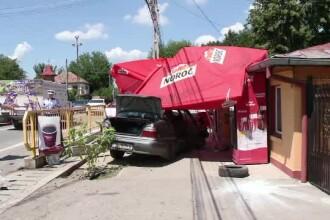 Patru răniți, printre care și un copil de 7 ani, după ce o mașină a ajuns într-un bar