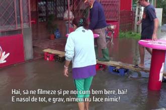 """Locuitorii unei localități din Prahova se cinstesc cu berea răcită de inundații: """"Nimeni nu face nimic"""""""