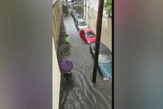 Inundații la Cluj. Șoferii nu au mai putut ieși din mașini din cauza nivelului apei