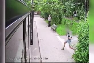 Momentul în care un tânăr a atacat cu pietre un autobuz din Iași. Suspectul e încă liber
