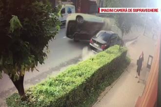 Accident spectaculos în Dej. Un şofer a lovit o maşină, apoi s-a răsturnat pe șosea
