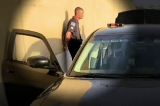 Un poliţist fals a tras o maşină pe dreapta. Cine a coborât din autoturism