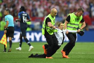 Trei suporteri au intrat pe teren în timpul finalei Franța - Croația. FOTO