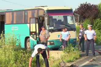 25 de persoane, duse la spital, după ce un autobuz cu navetiști a fost lovit de o mașină