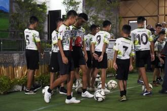 Cei 12 băieți salvați din peștera din Thailanda, din nou pe terenul de fotbal