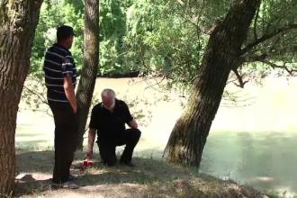 """Își caută de 2 săptămâni fiul dispărut în Prut. Ritualul făcut pe malul râului: """"Am pus colac cu lumânare"""""""