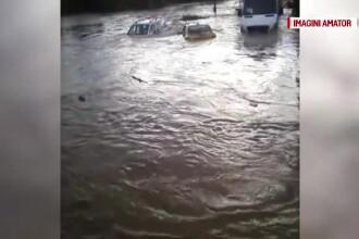 Inundații în România. Un șofer a fost luat pe sus de viitură cu tot cu mașină