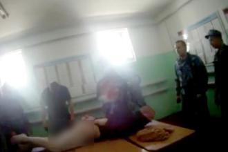 """Deținut bătut crunt de 10 gardieni într-o închisoare: """"Uite cum i se umflă picioarele!"""" VIDEO"""