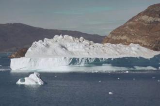 Un aisberg uriaș s-a apropiat periculos de o localitate, în Groenlanda. Pericol uriaș pentru populație