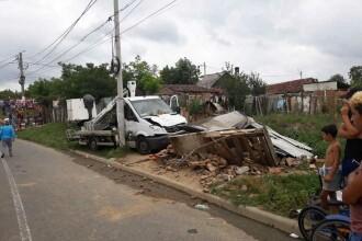 Femeie rănită după ce locuinţa ei a fost lovită de o camionetă şi s-a prăbuşit peste ea