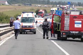 Ambulanță care transporta un pacient, lovită în plin de un autoturism. Starea victimelor