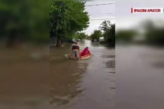 Ploi torenţiale în Oltenia. Oamenii s-au plimbat cu barca pe stradă, în Craiova