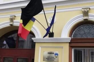 Steag negru arborat la Primăria Sfântu Gheorghe, de Ziua Imnului României. Mesajul UDMR