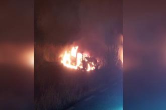 Ciocnire violentă între un TIR şi o maşină, lângă Medgidia. Totul a luat foc în jur