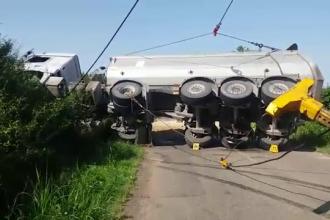 Un TIR cu materiale pentru o autostradă din Ungaria s-a răsturnat pe o şosea din România