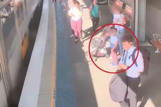 Momentul în care un copil cade pe lângă tren într-o stație. VIDEO
