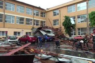 O furtună violentă a smuls acoperișul unui liceu din Bacău. BAC-ul se terminase de o oră