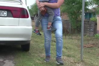 Copil găsit mort în pisicina din curte. Fratele său, în stare de șoc