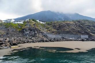 Marea a fost acoperită cu cenușă. Ce a lăsat în urmă erupția unui vulcan din Italia. FOTO