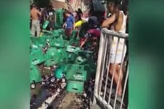 Zeci de persoane s-au înghesuit să adune sticlele de bere căzute dintr-un camion