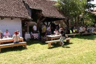 Primul festival gastronomic sătesc are loc în Transilvania. Bucătăresele gătesc în fața turiștilor