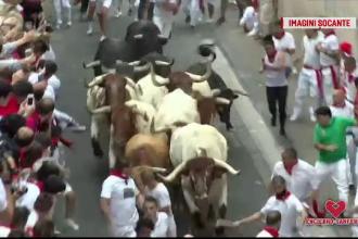 Momentul în care turiștii sunt puși la pământ de taurii furioși, la Festivalul de la Pamplona