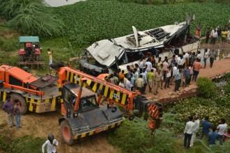 VIDEO: Accident grav de autobuz în India. Cel puţin 29 de oameni au murit şi 18 sunt răniţi