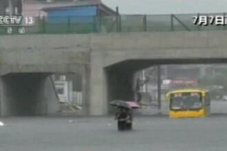 Furtunile și ploile fac ravagii în China: orașe inundate, sute de mii de oameni afectați. VIDEO