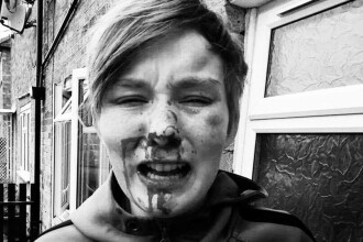 Tânără de 18 ani snopita în bătaie în plină strada pentru că era lesbiană. Cine sunt agresorii