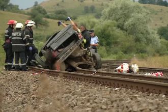 Mașină spulberată de tren, în Cluj. Șoferul și pasagerul au murit pe loc