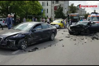 Două mașini avariate în urma unui accident provocat de vatmanul unui tramvai, în Iași