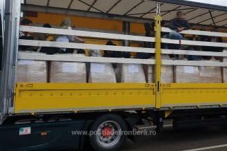 18 migranţi, găsiţi în cutii de carton, într-un TIR care urma să iasă din România