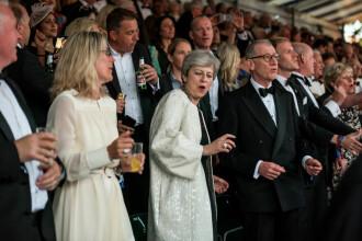 Theresa May, surprinsă din nou dansând pe muzica formației Abba. VIDEO cu momentul