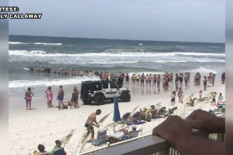 Imagini impresionante surprinse la malul mării. Lanț uman pentru salvarea a doi înotători