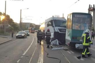 Un tramvai a deraiat la Cluj, după ce a fost lovit în plin de o cisternă