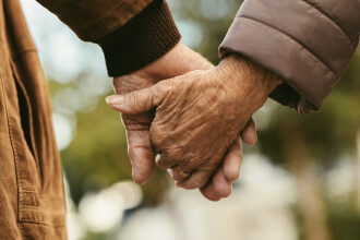 Doi bătrâni au murit în aceeași zi, după o căsnicie de 71 de ani