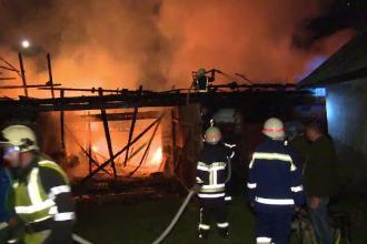Incendiu puternic, izbucnit în condiții suspecte, în Bistrița-Năsăud. Mărturiile vecinilor