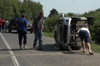 Trei tineri s-au răsturnat cu mașina, în Buzău. Greșeala făcută de șofer