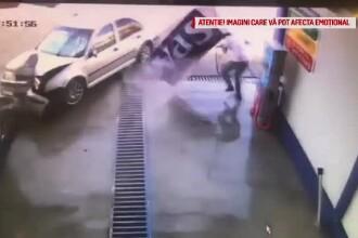 Momentul în care o mașină intră în viteză într-o spălătorie din Petroșani