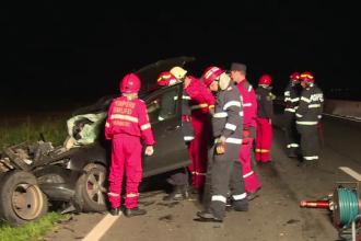 Șofer mort după ce mașina sa a intrat inexplicabil într-o camionetă, în Prahova