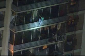 Momentul în care un bărbat a coborât pe exteriorul unui bloc cu 19 etaje