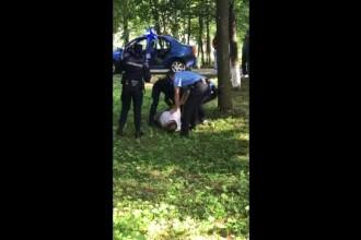 Ce a pățit femeia jandarm care a folosit spray lacrimogen pentru a imobiliza un suspect de pedofilie