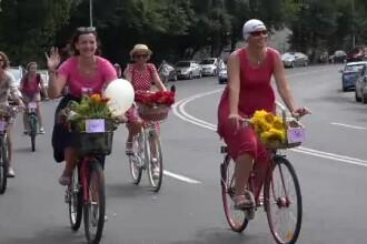 Paradă cochetă în Târgu Mureş. Femeile au pedalat pe biciclete împodobite cu flori