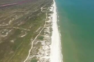 Românii descoperă una dintre cele mai frumoase plaje din lume. Și o umplu cu gunoaie