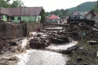 Sat din Sibiu, lovit de un adevărat potop. Maşinile, aruncate de ape peste case
