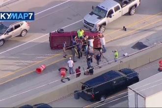 Salvare spectaculoasă a unui șofer blocat în mașina răsturnată, pe o autostradă din SUA