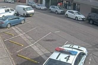 Momentul în care șoferul unei camionete cu 273 kg de droguri lovește mașina de poliție parcată