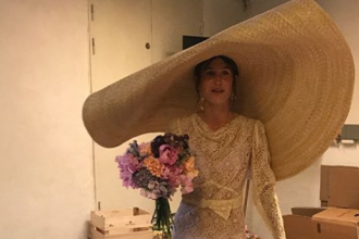 Cum s-a îmbrăcat o tânără în ziua nunții. Invitații nici nu au apucat să îi vadă fața. FOTO