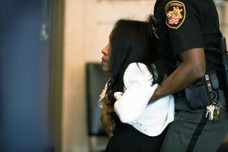 Momentul în care o judecătoare condamnată la închisoare e târâtă de polițiști. VIDEO